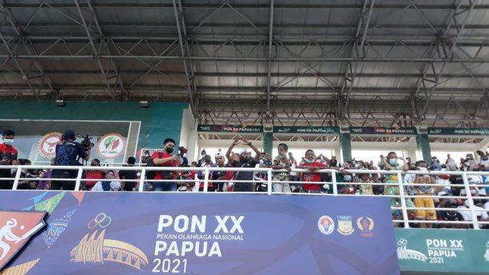 Keseruan suporter tim cricket Papua saat memberikan dukungan di final PON Papua cabor cricket di Arena Crickert, Doyo baru, Minggu (26/9/2021).