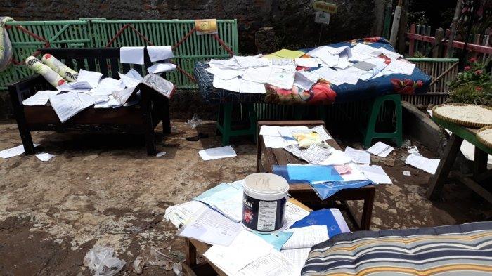 Surat-surat berharga warga yang rusak terdampak banjir luapan saluran air imbas tembok PT Khong Guan yang ambruk di Ciracas, Jakarta Timur, Minggu (11/10/2020)