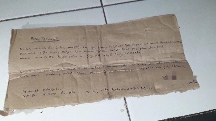 Surat wasiat yang ditulis PAD (26) pada secarik karton berisikan permintaan maaf untuk kedua orangtuanya di Matraman, Jakarta Timur, Minggu (4/7/2021)