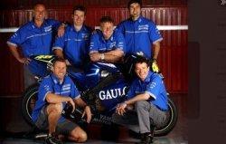 Susunan mekanik pertama Valentino Rossi di Yamaha pada MotoGP 2004. Atas (kiri ke kanan): Gary Coleman, Alex Briggs, kepala kru Jeremy Burgess, Matteo Flamigni. Bawah: Brent Stephens, Bernard Ansiau.