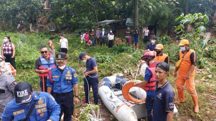 Arus Kali Krukut Deras, Perahu Karet Tim Damkar Terbalik saat Cari Bocah Tenggelam