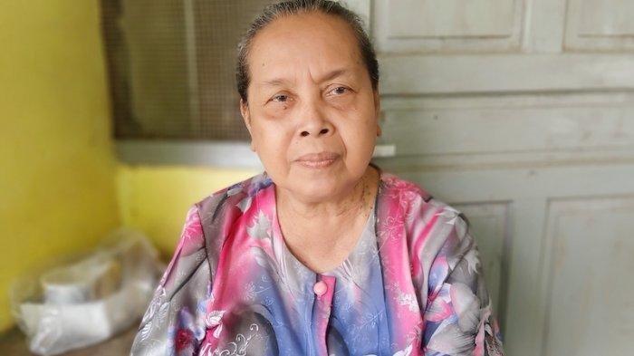 Sutiah (67), warga Desa Sukaurip blok Wisma Jati, Balongan, Indramayu, Jawa Barat, saat ditemui di kediamannya. Wanita paruh baya ini menjadi saksi dahsyatnya ledakan Kilang Balongan milik PT. Pertamina