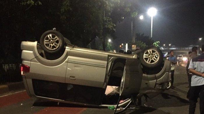 Suzuki APV berpelat B 1566 CVJ yang terguling di Jalan Mayjen Sutoyo, Makasar, Jakarta Timur, Rabu (18/11/2020)