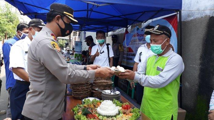 Kapolsek Ciracas Kompol Jupriono saat menghadiri kegiatan syukuran dihentikannya mikro lockdown di permukiman warga RT 06/RW 03, Jakarta Timur, Rabu (2/6/2021).