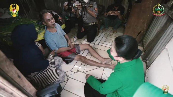 Istri KSAD, Hetty Andika Perkasa saat menjenguk lansia yang dalam kondisi sakit di permukiman semi permanen sekitar TPU Pondok Ranggon, Jakarta Timur.