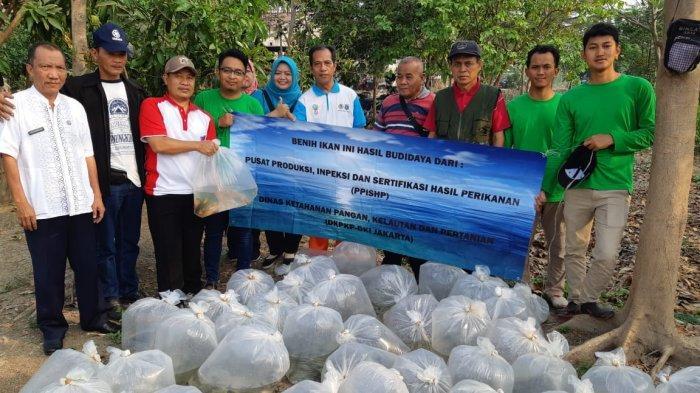 TaburIkan di Waduk Hutan Kota Pulogebang, Warga Diminta Tak Pancing 3 Bulan ke Depan