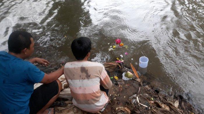 Kisah Pilu Awal Tahun, Bocah SMP Hanyut: Ayah Bawa Bantal dan Larung Kembang ke Kali Ciliwung