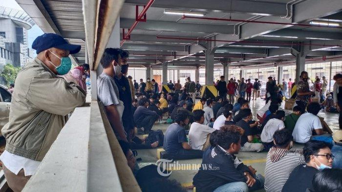 1.192 Diamankan, Ratusan Orang Berkumpul di Gedung Parkir Polda Metro Jaya Jemput Keluarga Ditahan
