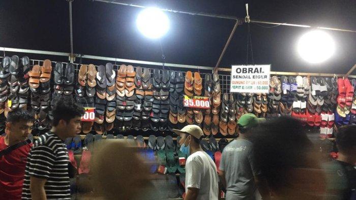 Suasana Kanal Banjir Timur, Jakarta Timur, di malam takbiran, Rabu (12/5/2021). Terlihat sejumlah masyarakat tampak memadati kawasan BKT untuk berbelanja baju Lebaran, di malam takbiran.