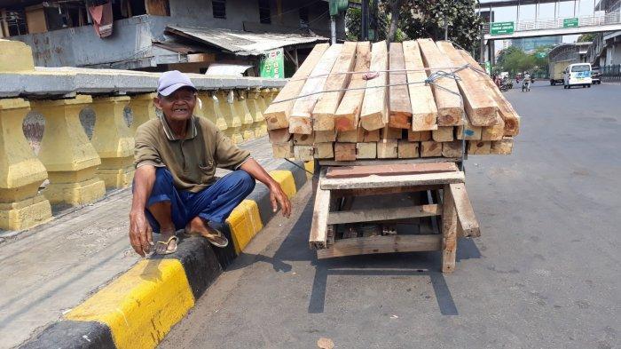 Kisah Kakek Takim, Usia 80 Tahun Jadi Kuli Angkut Kayu di Kota Tua: Lelah Tapi Hanya Bisa Kerja Ini