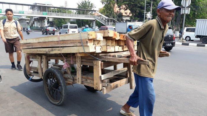 Kisah Takim, Pria 80 Tahun Jadi Kuli Angkut Kayu di Kawasan Kota Tua: Bekerja Demi Menyambung Hidup