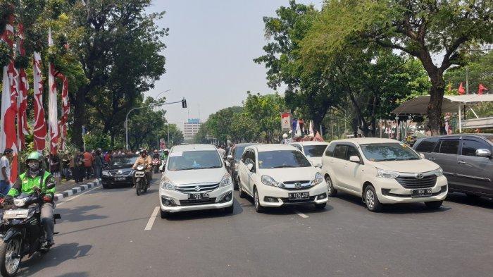 Sejumlah kendaraan taksi online yang terparkir di depan Balai Kota, Gambir, Jakarta Pusat, Senin (19/8/2019).