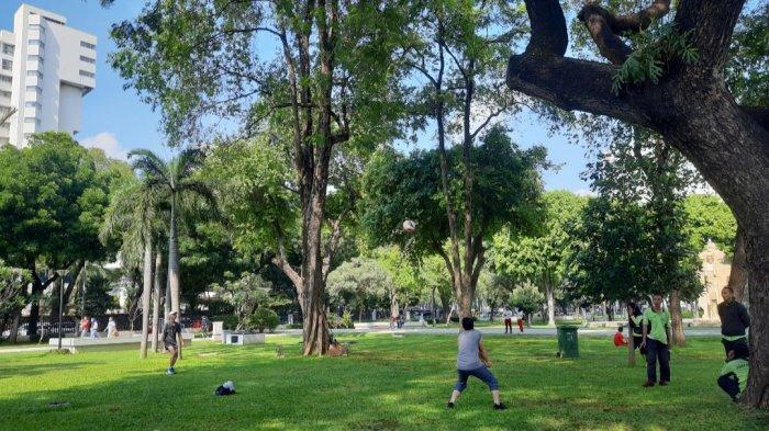 Selain untuk olahraga, adapula masyarakat yang datang untuk bersantai menikmati udara segar di tengah taman saat akhir pekan.