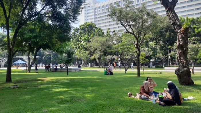 Potret Minggu Pagi di Taman Kota Jakarta: Warga Manfaatkan Weekend Untuk Olahraga dan Bersantai