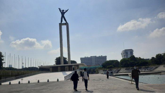 Sejumlah masyarakat memanfaatkan momen Minggu pagi untuk berolahraga di Taman Lapangan Banteng, Jakarta Pusat.