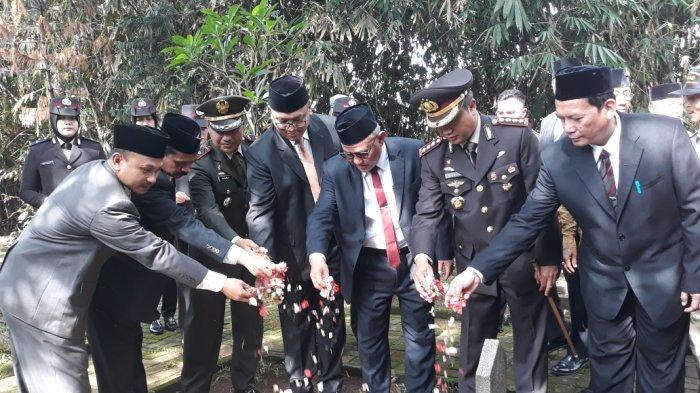 Peringati Hari Pahlawan, Pemkot Depok Tabur Bunga di TMP Kalimulya