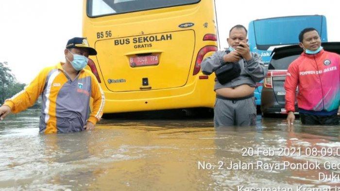 Karena Banjir, Bus Sekolah DKI Hentikan Sementara Evakuasi Pasien Covid-19