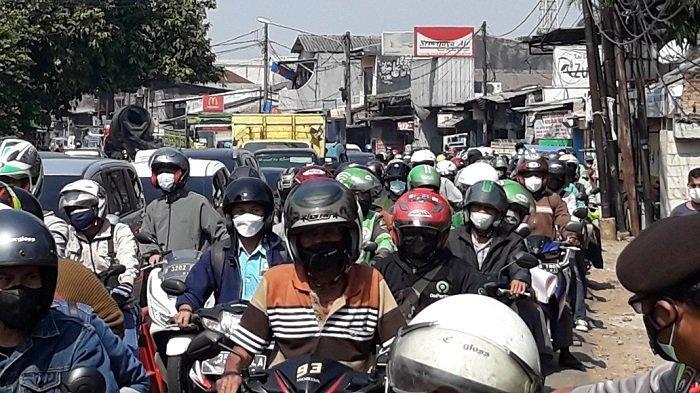 PPKM Diperpanjang, Mobilitas di Pos Penyekatan Jakarta Timur Masih Tinggi