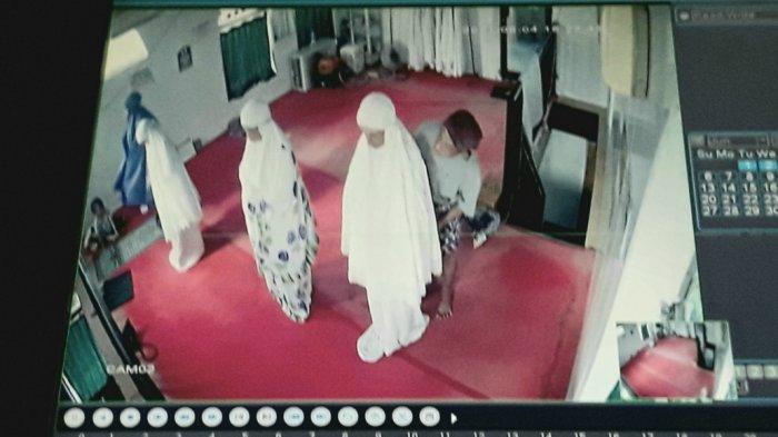 Tampak rekaman CCTV saat Marzuki (41) melakukan pelecehan seksual kepada jemaah perempuan Musala Al-Amin di Jatinegara, Jakarta Timur, Jumat (4/6/2021).