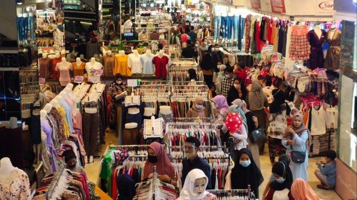 Kondisi Tangcity Mall yang penuh sesak akibat pengunjung membludak pada akhir pekan, Minggu (2/5/2021).
