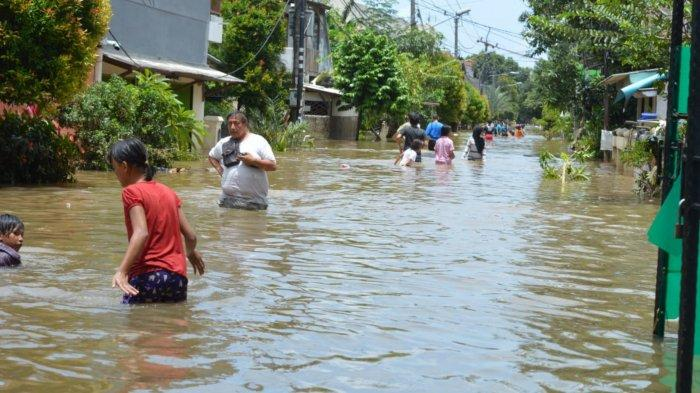 Kondisi terkini Komplek Ciledug Indah 2 yang banjirnya mulai surut setelah sebelumnya digenangi air sampai dua meter tingginya, Minggu (21/2/2021).