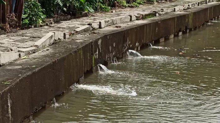 Tanggul Bocor Sepanjang Kali Angke Sebabkan Banjir di Kapuk Muara