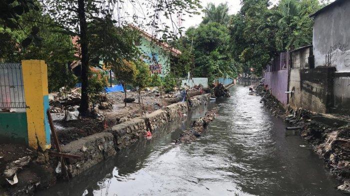 Antisipasi Banjir, Saluran Penghubung di Kebon Jeruk Dikeruk
