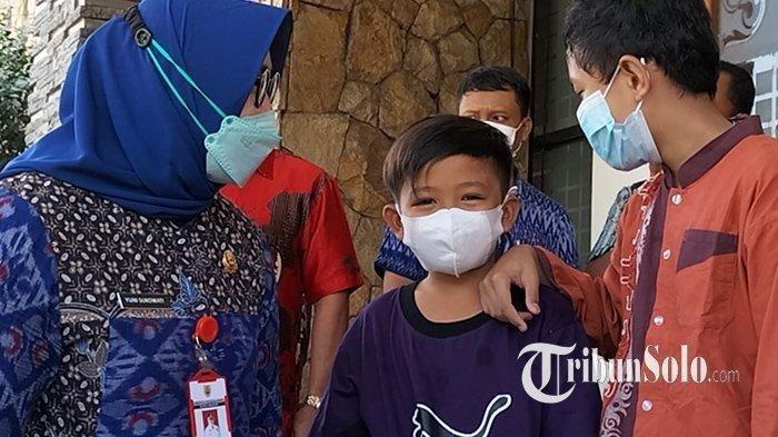 Tangis bahagia Vino (8) terlihat saat dijemput sang kakek yang terbang ke Kalimantan Timur dari Sragen, Jawa Tengah.