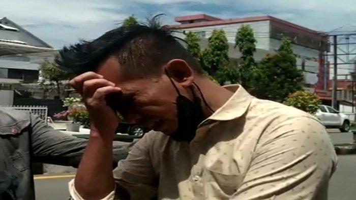 Tangis pria bernama Shiri pecah saat menerima telepon ketika mengantre oksigen di Kota Pontianak, Kalimantan Barat (Kalbar), Kamis (22/7/2021) pukul 11.00 WIB.
