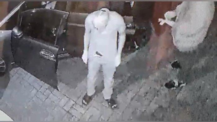 Tangkapan layar video CCTV enam orang pelaku saat melancarkan aksinya.