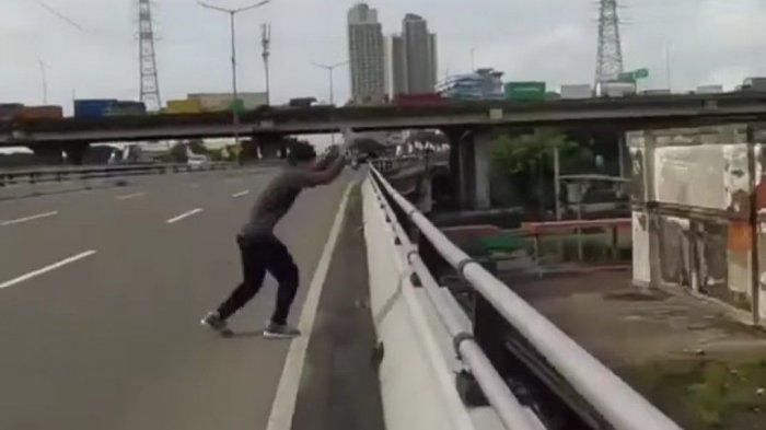 Tangkapan layar video viral aksi parkour seorang pria melompat dari jalan layang ke atap sebuah gedung di wilayah Pademangan