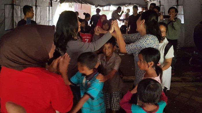 Senyum Merekah Anak Kecil Korban Tsunami Ketika Bermain Ular Tangga dengan Para Relawan