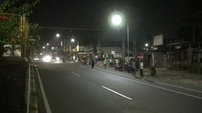 Aksi tawuran antar dua kelompok warga di Jalan Pramuka Raya, Matraman, Jakarta Timur. Satu warga tewas dengan luka tusuk di bagian dada