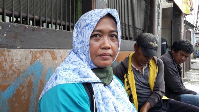 Tayu (49), korban penyerangan kelompok bersenjata tajam saat memberi keterangan di Jatinegara, Jakarta Timur, Senin (14/12/2020).