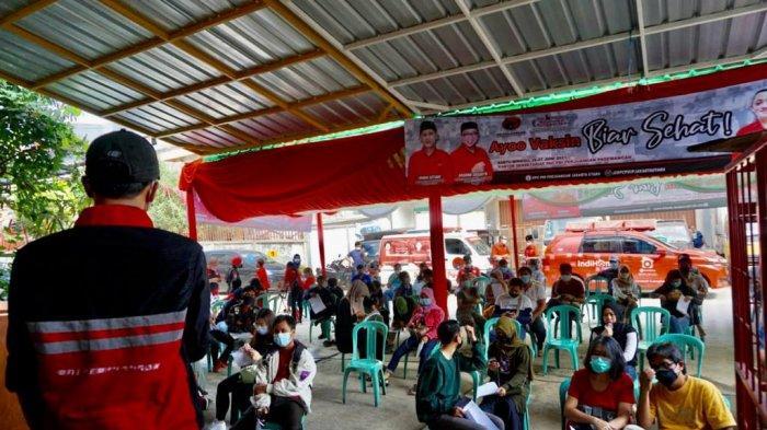 """Sekretaris PDI Perjuangan Jakarta Utara Brando Susanto bersama Team RoroJonggrang"""" memfasilitasi vaksinasi ribuan orang tanpa perlu surat domisili dan brikorasi, Sabtu (26/6/2021)."""