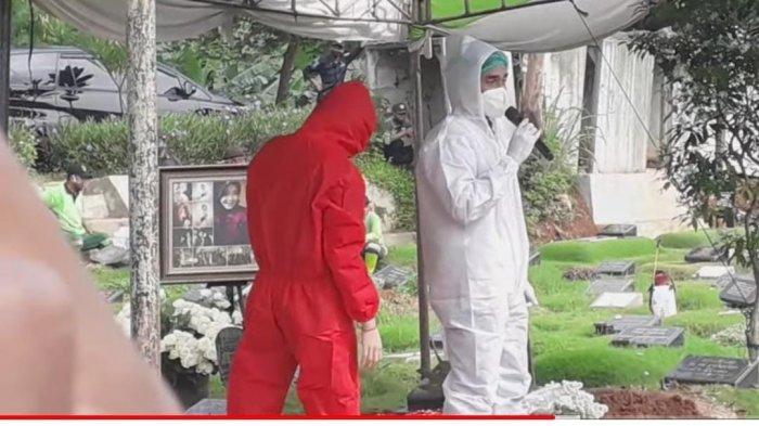 Tangis Teddy Syach Tak Terbendung saat Prosesi Pemakaman Rina Gunawan, 'Aku Ikhlas'