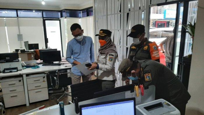 Satuan Polisi Pamong Praja (Satpol PP) Kelurahan Pulo menggelar razia protokol kesehatan di ruko perkantoran Grand Wijaya, Kebayoran Baru, Jakarta Selatan, Rabu (16/6/2021) siang.