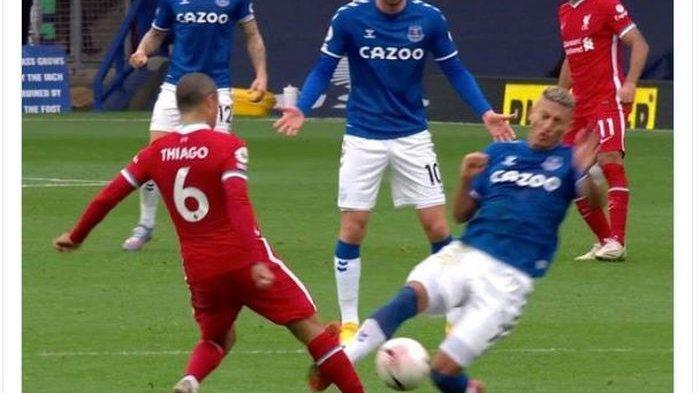 Penyerang Everton Richarlison memberikan tekel horor kepada Thiago Alcantara yang berujung kartu merah.