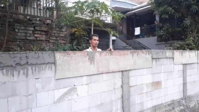 Tembok setinggi sekira dua meter berdiri menutupi akses masuk tiga rumah yang berada di kawasan Jalan Pelikan, RT 6 RW 9, Serua, Ciputat, Tangerang Selatan (Tangsel), Selasa (7/9/2021).