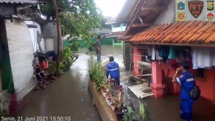 Tembok MIN 6 Jagakarsa Roboh Akibat Hujan Deras, Sejumlah Rumah Warga Terendam Banjir