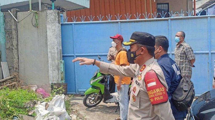 Aparat Polsek Metro Penjaringan menghentikan aksi pembongkaran paksa terhadap tembok beton di lahan sengketa pergudangan Jalan Kapuk Indah, RT 02 RW 03 Kapuk Muara, Penjaringan, Jakarta Utara, Sabtu (17/4/2021).