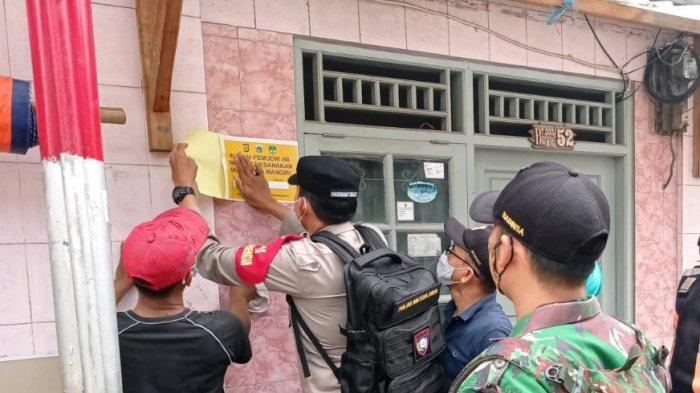 Aparat TNI-Polri dan Satpol PP menempelkan 'stiker isolasi mandiri' di rumah warga Kelurahan Kebon Melati, Kecamatan Tanah Abang, Jakarta Pusat, sejak Minggu (17/5/2021) hingga hari ini.