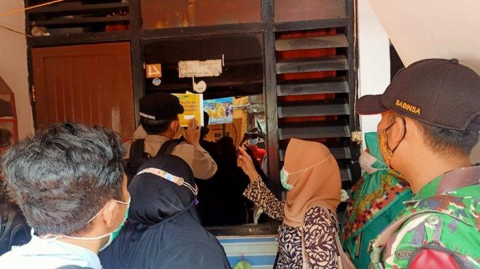 Aparat Datangi Rumah Pemudik,Pasang Stiker Isolasi Mandiri di Kelurahan Kebon Melati