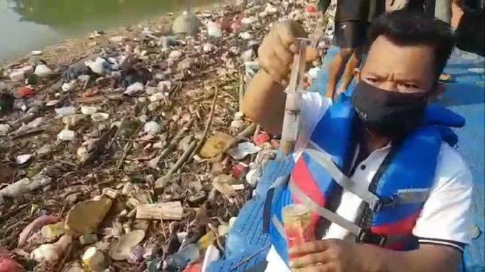 Aktivis Lingkungan Temukan Limbah Medis Cemari Sungai Cisadane, Diduga dari Longsoran TPA Cipeucang