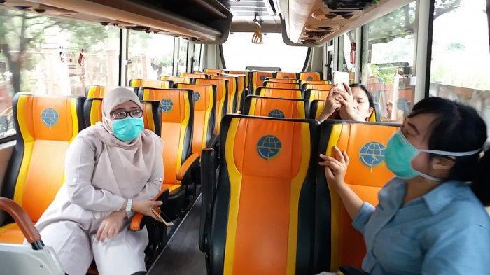 Tenaga medis yang menangani pasien Covid-19 saat menaiki bus sekolah Dinas Perhubungan DKI Jakarta, Kamis (26/3/2020).
