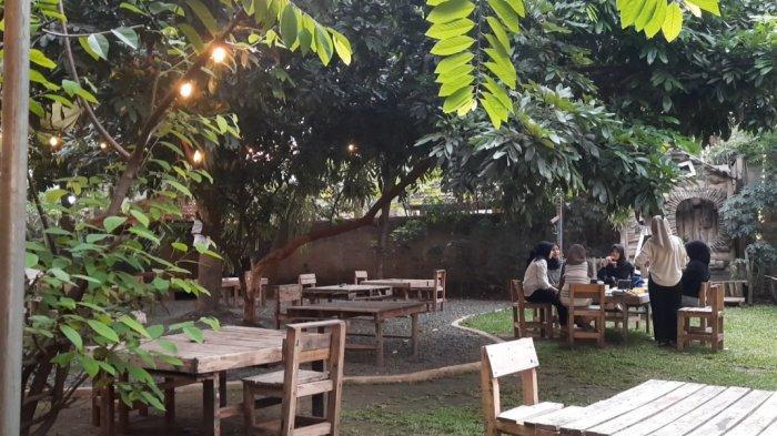 Berawal dari ide memanfaatkan lahan rumah nenek yang cukup luas, kini reras umah sang nenek disulap menjadi restoran instagramable yang menghadirkan suasa teduh di Jakarta Timur.