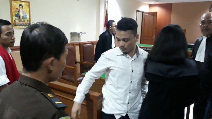Bacakan Nota Pembelaan, Terdakwa Pembunuhan Satu Keluarga Haris Simamora Menangis