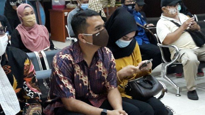 Terdakwa kasus dugaan penjualan handphone ilegal, Putra Siregar saat menghadiri sidang di Pengadilan Negeri Jakarta Timur, Selasa (18/8/2020)