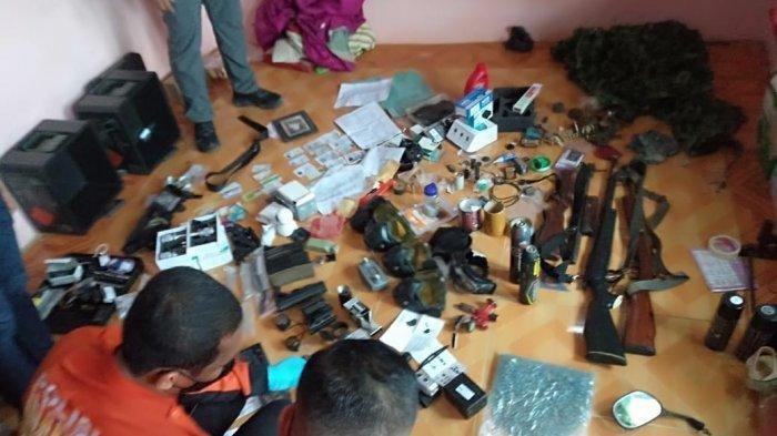 Temuan barang berupa senjata api, amunisi, dan senapan angin di rumah AS warga Desa Kace, Kecamatan Mendobarat, Bangka