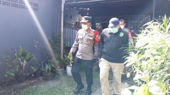 Personel Densus 88 Antiteror Polri saat menggerebek rumah pria berinisial WI (50) di Pasar Rebo, Jakarta Timur, Jumat (8/4/2021).
